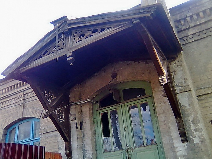 """Deserted house built by settlers from Russia in the end of XIX century, standing out for its authenticity among well-appointed """"neighbours""""."""